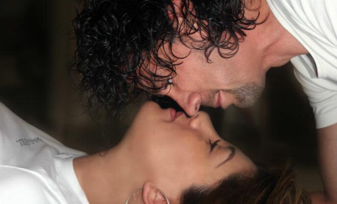casal se beijando no quarto