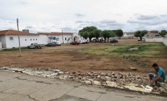 muro caído do hospital coronel álvaro ferraz em Floresta-PE
