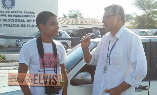 blogueiro sendo entrevista do pelo radialista