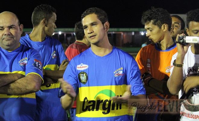 obadias novaes conversa com jogadores no estadio municipal de floresta-pe (7)